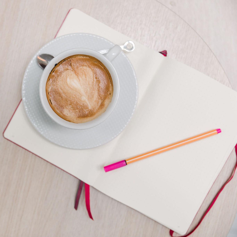 bujo, rosa penna, kaffe latte